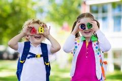 Kinderen die naar school, jaarbegin terugkeren stock afbeelding