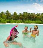 Kinderen die in Oceaan spelen Stock Foto's