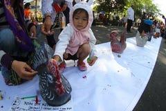 Kinderen die omhoog geld besparen Stock Foto