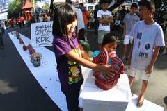 Kinderen die omhoog geld besparen Stock Afbeeldingen