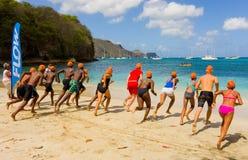 Kinderen die op de het zwemmen concurrentie in de grenadines vertrekken Royalty-vrije Stock Afbeelding