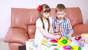 Kinderen die op de laag spelen meisje met Benedensyndroom rehabilitatie van de gehandicapten stock video