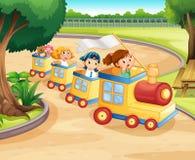 Kinderen die op de trein in het park berijden Stock Foto