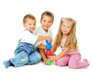 Kinderen die op de vloer spelen Royalty-vrije Stock Foto's