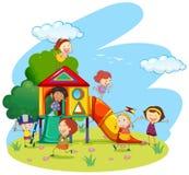 Kinderen die op dia in park spelen Stock Foto's