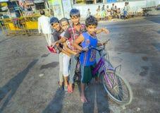 Kinderen die op een fiets vroeg zitten Stock Fotografie