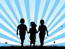 Kinderen die op een gebied lopen Stock Foto's