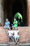 Kinderen die op een pagodemuur zitten Bagan myanmar stock afbeeldingen