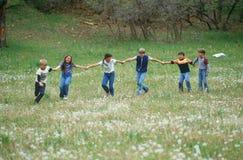 Kinderen die op gebied spelen Stock Afbeeldingen