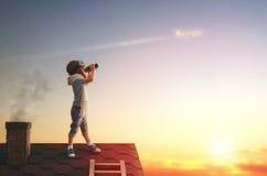 Kinderen die op het dak spelen royalty-vrije stock afbeeldingen