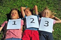 Kinderen die op het gras luying Royalty-vrije Stock Afbeelding