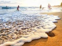 Kinderen die op het strand spelen royalty-vrije stock foto
