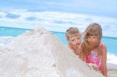 Kinderen die op het strand spelen stock afbeelding