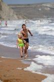 Kinderen die op het strand spelen Stock Foto