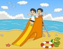 Kinderen die op het strandbeeldverhaal spelen Stock Afbeeldingen