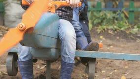 Kinderen die op het stuk speelgoed lay-out blauwe vliegtuig zitten stock videobeelden