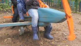 Kinderen die op het stuk speelgoed lay-out blauwe vliegtuig zitten stock footage