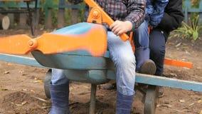 Kinderen die op het stuk speelgoed lay-out blauwe vliegtuig zitten stock video