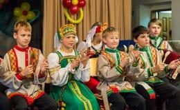 Kinderen die op houten lepels spelen Royalty-vrije Stock Afbeeldingen