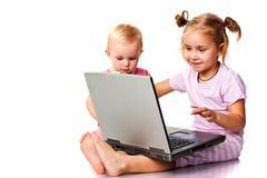 Kinderen die op laptop spelen Stock Foto's