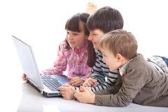 Kinderen die op Laptop spelen stock afbeelding
