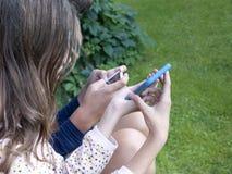 Kinderen die op Mobiles spelen royalty-vrije stock foto's