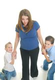 Kinderen die op moeder trekken Royalty-vrije Stock Foto's