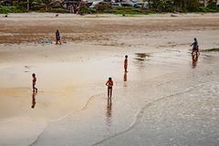 Kinderen die op Saphli-strand, Chumphon in Thailand spelen 25 Ma stock afbeelding