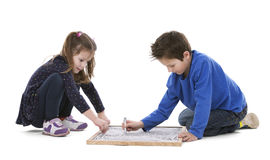 Kinderen die op schoolbord trekken Stock Fotografie