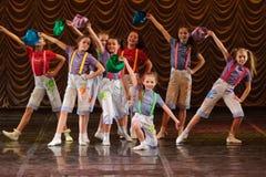 Kinderen die op stadium dansen Stock Afbeelding