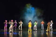 Kinderen die op stadium dansen Stock Foto's