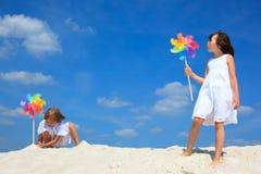 Kinderen die op strand spelen Stock Afbeeldingen