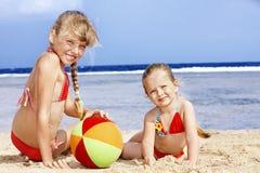 Kinderen die op strand spelen. stock foto's