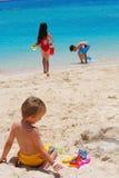 Kinderen die op strand spelen Royalty-vrije Stock Fotografie