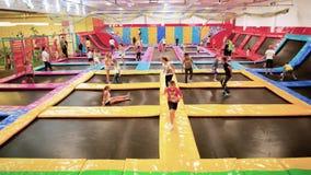 Kinderen die op trampoline in lokaal pretpark, sportactiviteiten voor jonge geitjes springen, gezonde levensstijl stock video