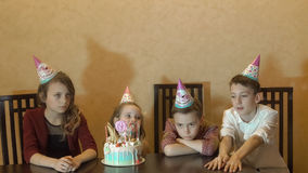 Kinderen die op verjaardagspartij boring verjaardagscake voor weinig feestvarken royalty-vrije stock foto