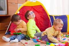 Kinderen die op vloer spelen Royalty-vrije Stock Foto