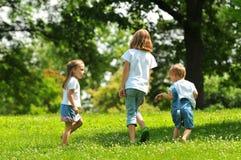 Kinderen die in openlucht spelen Royalty-vrije Stock Afbeelding