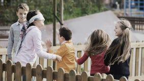 Kinderen die in openlucht spelen stock afbeeldingen