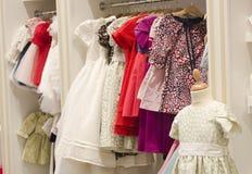 Kinderen die opslag kleden Stock Foto