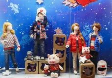 Kinderen die opslagvenster kleden Royalty-vrije Stock Fotografie