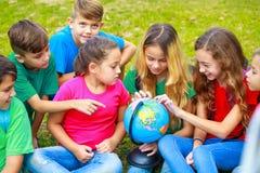Kinderen die over planeet leren Stock Afbeeldingen
