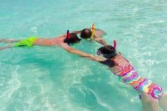 Kinderen die in overzees snorkelen stock foto