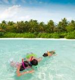 Kinderen die in overzees snorkelen stock foto's