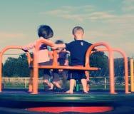 Kinderen die in Park spelen Stock Afbeeldingen
