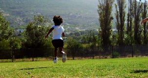 Kinderen die in park tijdens ras lopen stock video