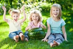 Kinderen die picknick hebben Stock Afbeeldingen