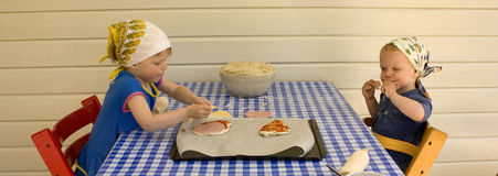 Kinderen die pizza maken Royalty-vrije Stock Foto