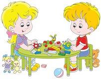 Kinderen die plasticinespeelgoed maken Royalty-vrije Stock Afbeeldingen