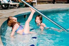 Kinderen die in Pool spelen stock fotografie